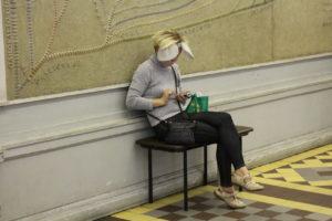 Jedna z návštevníčok múzea oblečením prispôsobená prostrediu