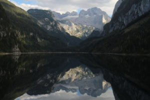 Pohľad na Dachstein z brehu jazera Vorderer Gosausee