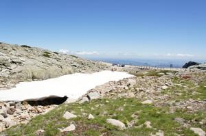 Snehové pole pri odbočke z cesty N339 k vrcholu