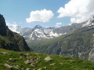 Vystupujeme z dediny Zinal v údolí Val ď Anniviers