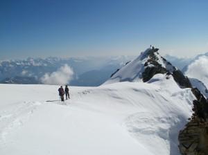V sedielku medzi obomi vrcholmi Bishornu, na fotografii je juhovýchodný vrchol (Pointe Burnaby 4 134 m)
