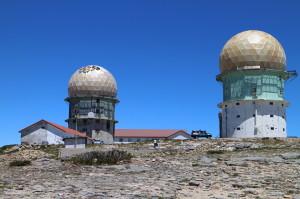Staré radarové veže nachádzajúce sa na vrchole Torre boli postavené za režimu Antonia Salazara.