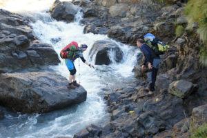 14.Prekonávanie potoku počas zostupu z campu Geech do Sankaberu