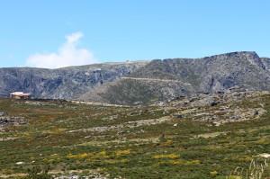 Kopule radarových veží naznačujú, kde sa nachádza vrchol Torre (pohľad od Penhas da Saúde).