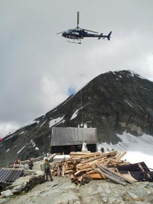 Na chate Cabane de Tracuit (3 256 m) sa dokončuje rekonštrukcia terasy, dovoz materiálu vrtuľníkom