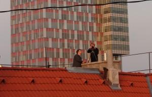 Dvojica nórskych diplomatov Jesper Kȧsastul a Jostein Linstad zo strechy budovy v bratislavskom Starom Meste neustále fotografuje (a asi aj odpočúva) oproti stojacu budovu Admirality Námorných síl Armády SR.