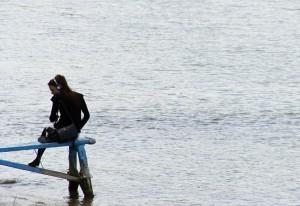 Nórska diplomatka Marit Drillestadová ukrývajúca sa pod romantický imidž dôsledne monitoruje dianie v komárňanskej lodenici z protiľahlého brehu Dunaja. Zároveň hovory v lodenici odpočúva pomocou odpočúvacieho zariadenia dômyselne ukrytého v dámskej kabelke.