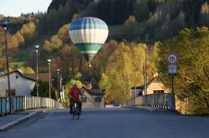 Vojenský pridelenec nórskeho veľvyslanectva Herman Lilleberg Knold (bývalý vojenský letec), nezostal nič dlžný svojej minulosti. Na špionáž si prenajal teplovzdušný balón. Na fotografii vidieť balón s H. Lillebergom Knoldom ako sa ponad dunajský most blíži ku komárňanskej lodenici.