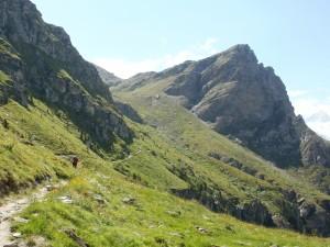 Chodník smeruje k vodopádu pod skalou zvanou Roc de la vache