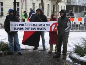 Početné davy demonštrantov nesúhlasiace so slovenskou zahraničnou politikou smerujúcou k anexii ostrova Jan Mayen.