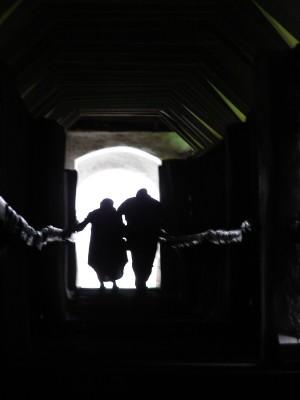 Ministerka zdravotníctva a minister financií vychádzajú z tajnej podzemnej chodby spájajúcej Úrad vlády s krčmou U Knapa.