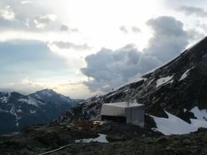 Večer na chate Cabane de Tracuit (3 256 m), v okolí je ešte neporiadok po končiacej rekonštrukcii