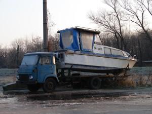 Plavebná spoločnosť Váhplavba a.s. ponúkla vláde na plánovanú misiu do Arktídy  jednu z vlastných, rokmi osvedčených lodí za priateľskú cenu - 30 miliónov eur (pritom nákladiak Avia pridala ku kontraktu ako bonus zadarmo!).  Zároveň vládu upozornila, aby sa s rozhodovaním poponáhľala, pretože majú aj ďalšieho vážneho záujemcu o kúpu lode – akciovú spoločnosť Zberné suroviny (za 49,50 eur).