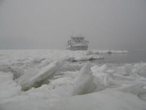 Nedostatočné finančné prostriedky pridelené zo štátneho rozpočtu na zimnú údržbu lodných komunikácií a nečakaný príchod zimy (21. december t.j. zimný slnovrat) pracovníkov údržby plavebných dráh aj tohto roku prekvapili.
