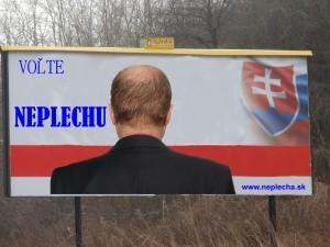 """Terajší predseda vlády Jozef Plecha, vstúpil do politiky pred vyše desiatimi rokmi. Vo vtedajších voľbách sa uchádzal o priazeň voličov ešte pod svojim pôvodným menom. Voľby sa preň skončili totálnym neúspechom. Hneď na druhý deň po vyhlásení výsledkov si Jozef Neplecha dal na matričnom úrade zmeniť priezvisko na Plecha. Zároveň zažaloval reklamnú spoločnosť, ktorá mu robila volebnú kampaň za nezvládnutie úlohy, pretože ho neupozornili, že slogan """"Volte Neplechu!"""" je kontraproduktívny. Spoločnosť naopak dôvod neúspechu vo voľbách videla v tom, že (Ne)Plecha sa dal na bilboard vyfotografovať """"chrbtom k masám"""" (vraj kvôli pupáku uprostred čela, ktorý má v ľudovej reči omnoho expresívnejšie pomenovanie)."""