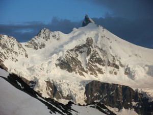 Pohľad z chaty Cabane de Tracuit (3 256 m) na juhozápadnú stenu Weisshornu (4 506 m)