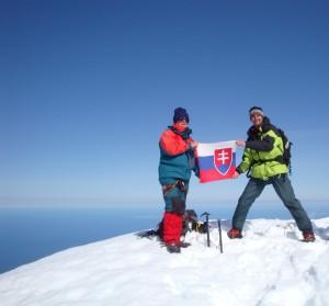 Zástupcovia Slovenska P. Fabian a R. Horňák na vrchole Beerenbergu na ostrove Jan Mayen nedočkavo rozvinuli štátnu zástavu (mali v nej totiž zabalenú fľašku vodky určenú na oslavu dobytia vrcholu.)