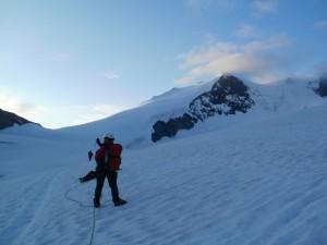 Ráno sa vydávame na cestu v nevýraznému vrcholu Bishornu (4 159 m) ukrytého v mraku