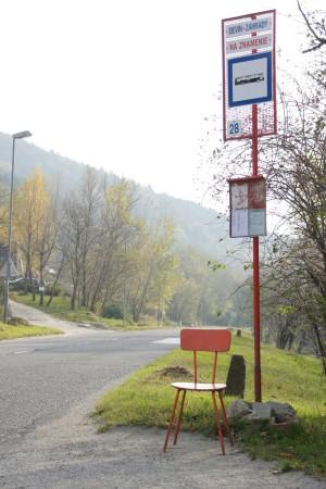 Ďalšie zdroje z fondov Európskej únie v sume 35 miliónov eur určené na celoplošné vybudovanie estetických murovaných prístreškov na zastávkach hromadnej dopravy vybavených pohodlnými sedadlami politici citlivo prerozdelili. Vďaka tomu sa predsa len podarilo aspoň na pár zástaviek MHD zakúpiť pohodlné stoličky skvelo ladiace s farbou stĺpa označenia zastávky.