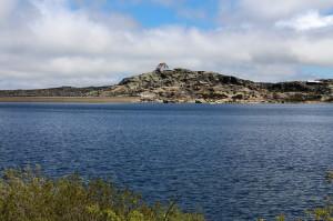 Pokojná vodná hladina priehrady Lagoa Comprida