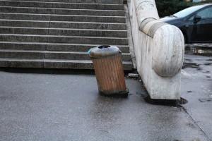 Rachitický odpadkový koš