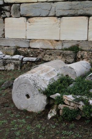 Pováľané aj stojace antické kamene
